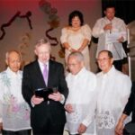 Harry Reid receives recognition plaque from the Filipino Veterans of Nevada