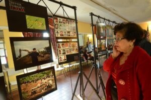 STOP KILLING JOURNALISTS! A lady was shocked by the picture she saw at the opening of the Maguindanao massacre photo exhibit, now ongoing for a two-week run at the FACLA facility in Filipinotown. Members of the local Fil-Am media and the community attended the opening of the event commemorating the senseless killing of 58 people, 32 of them journalists, in Southern Mindanao two years ago. (PHOTO BY BENNY UY)