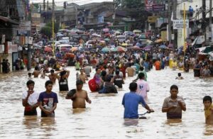 Residents wade through floodwaters to return to their submerged houses in Marikina City Metro Manila August 8, 2012. Emergency workers and troops rushed food, water and clothes to nearly 850,000 people displaced and marooned from deadly floods spawned by 11 straight days of southwest monsoon rains that soaked the Philippine capital and nearby provinces. About 60 percent of Manila, a sprawling metropolis of about 12 million people, remained inundated on Wednesday, Benito Ramos, head of the national disaster agency said. (MNS photo)