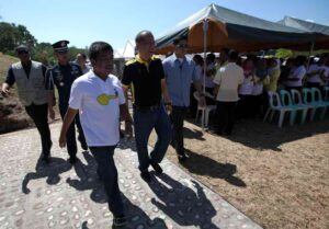 President Benigno S. Aquino III converses with Governor Mujiv Hataman of the Autonomous Region of Muslim Mindanao during the commemoration of the 45th Year of the Jabidah Massacre at the Corregidor Island in Cavite on Monday (March 18). (MNS photo)