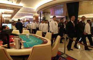 President Benigno S. Aquino and Solaire chairman and chief executive officer Enrique Razon, Jr. III tours and inspects the ground facilities of the Solaire Resort and Casino during the inauguration ceremony in No. 1 Solaire Boulevard, Entertainment City, Parañaque City on Saturday (March 16). The US$1 billion Solaire is set to become the Philippines' premier integrated resort destination with premium gaming facilities. (MNS photo)