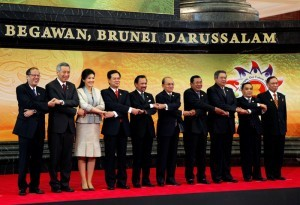 BRUNEI DARUSSALAM – President Benigno S. Aquino III links arms with his counterparts in Association of Southeast Asian Nations (ASEAN) for the traditional group photo during the 22nd ASEAN Summit Retreat at the Prime Minister's Office in Bandar Seri Begawan, Brunei on Thursday (April 25).  In the photo are Singapore Prime Minister Lee Hsien Loong, Kingdom of Thailand Prime Minister Yingluck Shinawatra, Socialist Republic of Vietnam Prime Minister Nguyen Tan Dung, 22nd ASEAN Summit Chairman Brunei Darussalam Sultan Haji Hassanal Bolkiah, Kingdom of Cambodia Prime Minister Samdech Akka Moha Sena Padei Techno Hun Sen, Indonesia President Susilo Bambang Yudhoyono, Lao People's Democratic Republic Prime Minister Thongsing Thammavong, Malaysia Prime Minister Dato' Sri Mohd Najib bin Tun Abdul Razak, Malaysia Senate President Tan Sri Abu Zahar Ujar, Republic of Myanmar President Thein Sein and  Asean Secretary-General Surin Pitsuwan. (MNS photo)