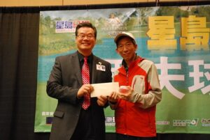 Mr.Greg Leung (Director of Asian Marketing,Pechang Resort & Casino) gives the award to the Close to the pin