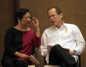 President Benigno S. Aquino III converses with Labor and Employment Secretary Rosalinda Dimapilis-Baldoz during the Pre-Labor Day Dialogue at the Heroes Hall of the Malacañan Palace on Tuesday (April 30). The conduct of Pre-Labor Day Dialogue is pursuant to the 22-point Labor and Employment Agenda of President Aquino, which essentially consists of among others, the following directives: promote not only the constitutionally protected rights of workers but also their right to participate in the policymaking process; and work with the private and labor sector to strengthen tripartite cooperation and promote industrial peace. (MNS photo)