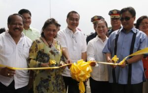 MMDA Chairman Francis N. Tolentino leads the ribbon cutting ceremony Tuesday of the opening of the Government Services Booths at the Rizal Park. With him (from left) Director Ludovico D.Badoy, Executive Director, National Historical Commission of the Philippines; Commissioner Solaiman C. Mutia of the National Commission on Muslim Filipinos (partly hidden); Director Juliet H.Villegas, Executive Director of the National Park Development Committee; Atty. Mehol K.Sadain Secretary/CEO of NCMF; Usec.Corazon T. Jimenez, MMDA General Manager. (MNS photo)