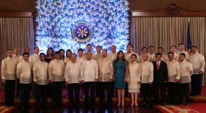 President Benigno S. Aquino III shares the stage with newly sworn in government officials of the Nationalist People's Coalition (NPC), Nacionalista Party (NP), National Unity Party (NUP) and Liberal Party (LP) Congressional Representatives for a group photo souvenir, during their oathtaking ceremony at the Rizal Hall of the Malacañan Palace on Friday (June 28). In photo are House Speaker Feliciano Belmonte, Jr. and Senator Manny Villar. (MNS photo)