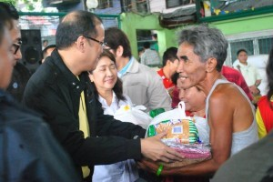 President Aquino leads the distribution of relief goods in an evacuation center in San Pedro, Laguna (MNS photo)