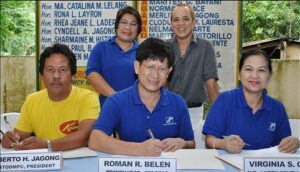 Photo shows (clockwise, from center) SSS Boac Branch Head Roman Belen, CABTOD MPC President Roberto Jagong, SSS Officer-in-Charge of Luzon Operations Group Josie Magana, Caganhao Barangay Chairman Noel Historillo and SSS Assistant Vice President for Luzon South Division Virginia Cruz during the signing of the AlkanSSSya agreement at the Caganhao Barangay Hall in Boac, Marinduque last July 23.