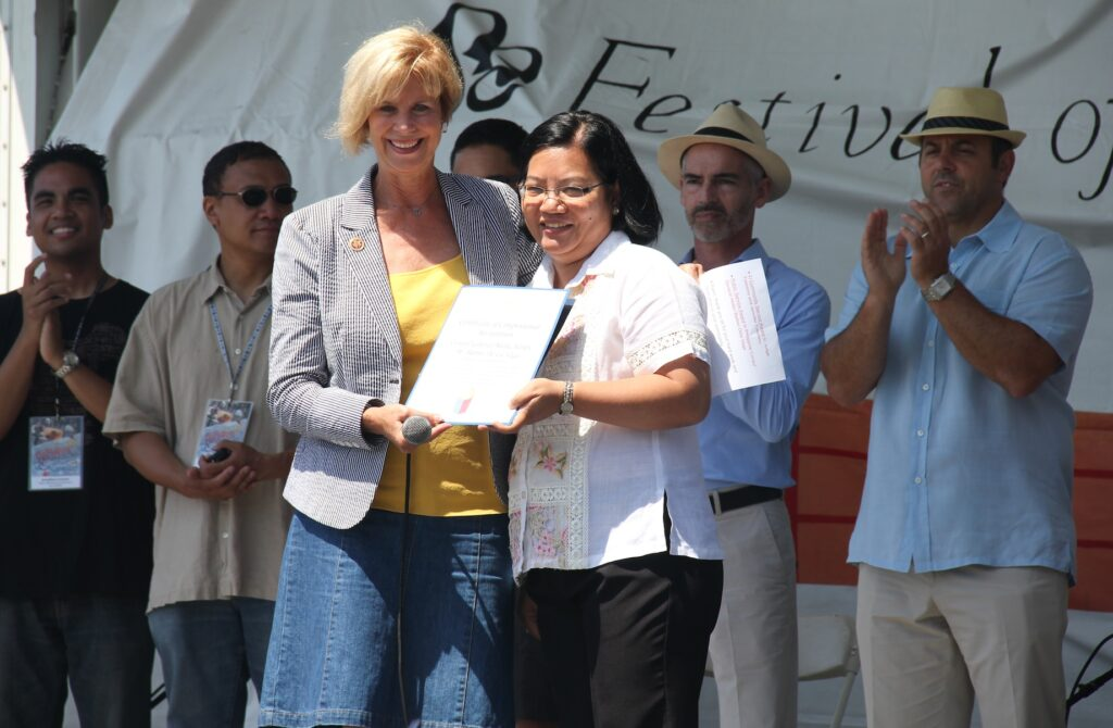 Congresswoman Hahn  presents Philippine Consulate General Maria Hellen M. Barber-de la Vega with the Public Service Award.