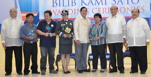 Photo shows SSS President and Chief Executive Officer Emilio de Quiros, Jr. (left), Social Security Commission Chairman Juan Santos (2nd from right) and SSS Executive Vice President Edgar Solilapsi (right) with (from left) TS Cruz Tricycle Operators and Drivers Association President Oliver Sabaulan; United Vendors of New Las Piñas Public Market President Meneses Pareja; Bureau of Jail Management and Penology – Quezon City Female Dormitory Working Detainees Wardress, Jail Chief Inspector Elena Rocamora; Quezon City Integrated Solid Waste Disposal Facility – Payatas Operations Group Head Jameel Jaymalin; and Payatas Alliance Recycling Exchange Multi-Purpose Cooperative Chairman Imelda Arilas. Also awarded was the Samahan ng mga Caddies sa Calatagan Golf Club, Inc.