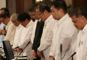 President Benigno S. Aquino III leads his official family in prayer before presiding over the Cabinet Meeting at the Aguinaldo State Dining Room of the Malacañan Palace on Wednesday (September 04, 2013). In photo are DND Secretary Voltaire Gazmin Department of Agriculture Secretary Proceso Alcala Secretary to the Cabinet Jose Rene Almendras, Executive Secretary Paquito Ochoa, Jr.,Department of Finance Cesar Purisima and , Education Secretary Armin Luistro .  (MNS photo)