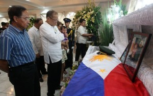 President Benigno S. Aquino III offers prayers before the remains of slain soldier 1st Lt. Francis Damian at Camp General Emilio Aguinaldo in Quezon City on Thursday (September 26). The fallen Philippine Army Scout Ranger officer was killed during the standoff between the Moro National Liberation Front (MNLF) Misuari-faction and government forces. Damian is a member of the Philippine Military Academy (PMA) Maragtas Class of 2007. (MNS photo)