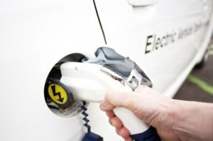 Generic: man, holding Electric Car Charging nozzle, energy, grenn, electricity ©-Markus- /Shutterstock.com