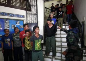 Police present to the media 15 Muslim rebels of the Moro National Liberation Front (MNLF), who had surrendered to the government soldiers, at a police station in Zamboanga city in southern Philippines September 19, 2013. Police said the death toll in the fighting between the soldiers and the rebels has reached 104, and around 110,000 have been displaced. (MNS photo)