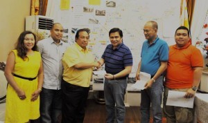 MANILA SENDS AID TO BOHOL. The City of Manila led by Mayor Joseph Estrada, represented by his son Senator Jinggoy Ejercito Estrada and Manila City Administrator Simeon Garcia, Jr. (second from right), sends financial donation to the earthquake-devastated province of Bohol. The donation was received by Governor Edgardo Chatto last October 27 during Sen. Estrada's visit to the province for another relief operation. Also seen in the photo (from left) are Balilihan Vice Mayor Maria Pureza Chatto, Cong. Erico Aris Aumentado and Provincial Administrator Alfonso Damalerio. (MNS photo)