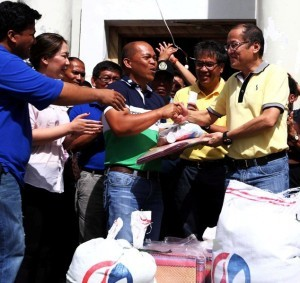 President Benigno S. Aquino III leads the turnover of the food packs and matts to Basey Mayor Junji Ponferrada, and the local officials on Tuesday (November 19) during his  visit to Basey in Western Samar. (MNS photo)
