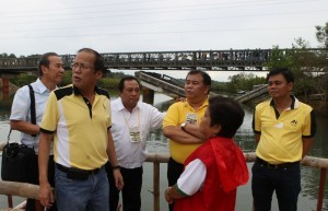 President Benigno S. Aquino III inspects the rehabilitation of Tagbuane Bridge in the Municipality of Alburquerque in Bohol on Thursday (November 28). The province was rocked by a 7.2 tremor that killed over 220 and toppled over 2,000 homes and buildings on October 15. (MNS photo)