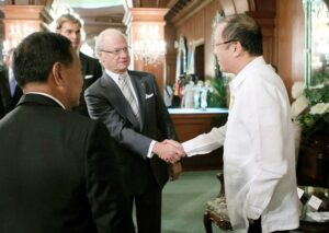 President Benigno S. Aquino III welcomes His Majesty Carl XVI Gustaf, King of Sweden, during the courtesy call at the Music Room of the Malacañan Palace on Friday (January 24). This is the first visit of a Swedish monarch and Head of State of Sweden to the Philippines. Sweden's reigning monarch will visit the projects of the Boy Scouts of the Philippines in Tacloban in the aftermath of Typhoon Yolanda (Haiyan), and other related projects of the Swedish Government implemented through the United Nations Office for the Coordination of Humanitarian Affairs. (Photo by Gil Nartea / Malacañang Photo Bureau)