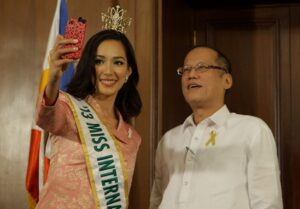 Miss International 2013 Bea Santiago took a selfie with President Benigno S. Aquino III during the courtesy call at the Music Room of the Malacañang Palace on Monday (December 23, 2013). She was crowned during the 53rd edition of the pageant held at the Shinagawa Prince Hotel Hall in Tokyo, Japan on December 17, 2013. It is the 5th Miss International crown for the Philippines. Santiago bested 66 candidates from countries around the globe. (MNS Photo)