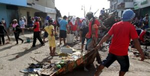 Residents of Tacloban City work as one in cleaning streets ravaged by super typhoon Yolanda. (MNS photo)
