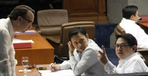 "Senate Majority Leader Sen. Alan Peter Cayetano (left) confers with Sen. Benigno ""Bam"" Aquino IV (right) and Sen. Sonny Angara before the start of the Senate Session on Monday (Jan. 27, 2014). (MNS photo)"