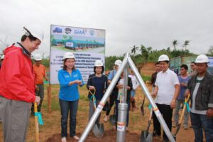 GMAKF EVP and COO Mel C. Tiangco (third from left) led the groundbreaking ceremonies together with NHA represented by its Regional Project Manager Engr. Rizalde. Joining them were staff and officers of the local government units in Tacloban led by Mayor Alfred S. Romualdez (leftmost) as well as the beneficiaries of the project.