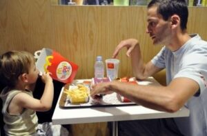 A small study by US researchers reveals not enough parents engage with their kids at mealtime. ©AFP PHOTO BERTRAND GUAY