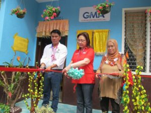 GMAKF EVP and COO Mel C. Tiangco (center) leads the ribbon-cutting at the turnover ceremony for the Kapuso Village Phase II in Iligan City, flanked by Iligan City Mayor Hon. Celso G. Regencia (left) and Barangay Mandulog Punong Barangay Abungal P. Cauntongan, Al Haj (right).