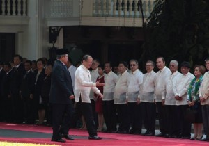 President Benigno S. Aquino III guides His Excellency Susilo Bambang Yudhoyono, President of the Republic of Indonesia, upon arrival at the Malacañan Palace Grounds during the Welcome Ceremony for the State Visit to the Philippines on Friday (May 23, 2014). Indonesia was the 13th major trading partner of the Philippines in 2013, with a total trade of US$ 3.512 billion. There is a 9,844-strong Filipino community living and working in Indonesia. This year also marks the 65th Anniversary of the establishment of the diplomatic relations between the Philippines and Indonesia.  (MNS photo)