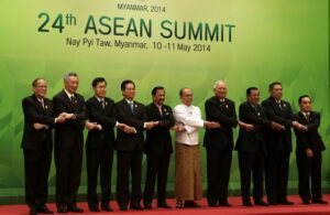NAY PYI TAW, Myanmar) President Benigno S. Aquino III links arms with his counterparts in the Association of Southeast Asian Nations (ASEAN) for the traditional group photo opportunity during the 24th ASEAN Summit Plenary at the Jade Hall of the Myanmar International Convention Center here on Sunday (May 11). (MNS Photo)