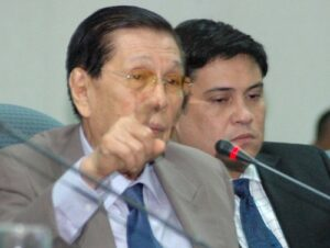 Senator Juan Ponce  Enrile gestures during the budget committee hearing of Bureau of Customs (BoC) and the Department of Finance (DOF) at the senate yesterday afternoon. Also in photo was Senator Juan Miguel Zubiri.  (edwin muli)