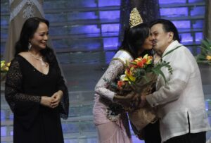 Miss Manila 2014 Kris Halili, a medicine student of UST, gets a kiss from former President and Manila Mayor Joseph Ejercito Estrada during the awarding and coronation Tuesday night (June 24, 2014) at the PICC in Pasay City. Behind them is Dra Loi Ejercito Estrada as 1969 Miss Universe Gloria Diaz looks on. (MNS photo)