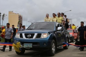 President Benigno Aquino III with Senate President Franklin Drillon and DPWH SEc. Rogelio Singson conduct a drive through and inspection of  the bike lane during the Inauguration of the 2KM Section Of the Proposed Senator Benigno Aquino Jr. Road Widening project at brgy san Rafael Madurriao Distric, Iloilo City on friday (June 27) . Photo by: Lauro Montellano/ Malacanang Photo Bureau