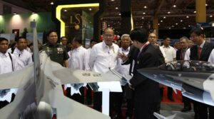 President Benigno S. Aquino III, accompanied by Defense Secretary Voltaire Gazmin and AFP Chief Emmanuel Bautista, tour the Asian Defense, Security and Crisis Management Exhibition 2014 held at the World Trade Center in Pasay City on Thursday (July 17). (MNS photo)