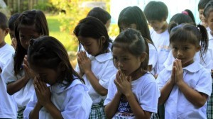 Students pray on the first day of classes at Casili Elementary School in Rodriguez, Rizal province, east of Manila June 2, 2014. Around 23 million students were present for the opening of the new school year in the Philippines, the Department of Education reported on Monday.  (MNS photo)