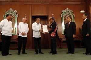 President Benigno S. Aquino III confers the Order of Sikatuna with the rank of Datu, Katangiang Ginto (Grand Cross, Gold Distinction) on outgoing Japanese Ambassador Toshinao Urabe. Also present during the ceremony were Japanese Embassy's Deputy Chief of Mission Tetsuro Amano and Political Minister Hironori Shibata, Foreign Affairs Secretary Albert del Rosario and Cabinet Secretary Rene Almendras. (MNS photo)