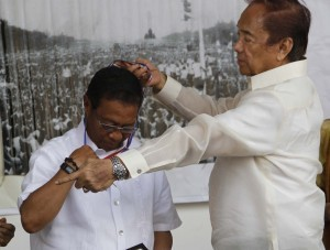 "Vice President Jejomar Binay as he receives the Ninoy Aquino Medal of Valor from Ninoy Aquino Movement Chairman Heherson Alvarez during the 31st death anniversary of the late Senator Benigno ""Ninoy"" Aquino Jr. at the Ninoy Aquino International Airport Terminal 1 on Thursday (August 21, 2014) in Pasay City. (MNS photo)"