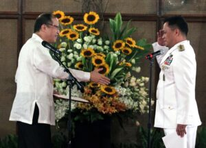 President Benigno S. Aquino III congratulates Armed Forces of the Philippines Chief of Staff General Gregorio Pio Catapang, Jr. after administering the oath in a ceremony at the Rizal Hall of the Malacañan Palace on Monday (August 11). (MNS photo)