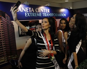 Binibining Pilipinas beauties take a selfie during the opening of the EXPO Franchise Asia Philippines 2014 at the SMX held last July 18 in Pasay City. (MNS photo)