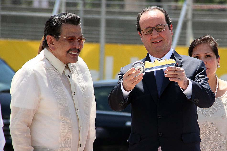 Manila Mayor Joseph Ejercito Estrada turnover a key to the city of Manila to  President of the French Republic Francois Hollande during the wreath laying ceremony at the Rizal Monument in Manila (MNS Photo)