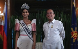 Miss Universe 2015 Pia Alonzo Wurtzbach pays a courtesy call on President Benigno S. Aquino III in Malacañang Palace. The Filipino-German model, who won the Miss Universe 2015 title last December 20 in Las Vegas, Nevada, was accompanied by her mother Cheryl Alonzo Tyndall, Binibining Pilipinas Charities Inc. Chairperson Stella Marquez-Araneta, and Miss Universe President Paula Shugart when she met with the Chief Executive at the President's Hall sala. (MNS photo)