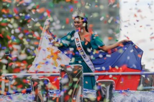 Miss Universe Pia Wurtzbach waves to well-wishers during her victory motorcade along Roxas Boulevard in Manila, Monday. The Filipina beauty was welcomed by adoring fans that lined up the streets to celebrate with her for bagging the Miss Universe crown after a 42-year drought.(MNS photo)
