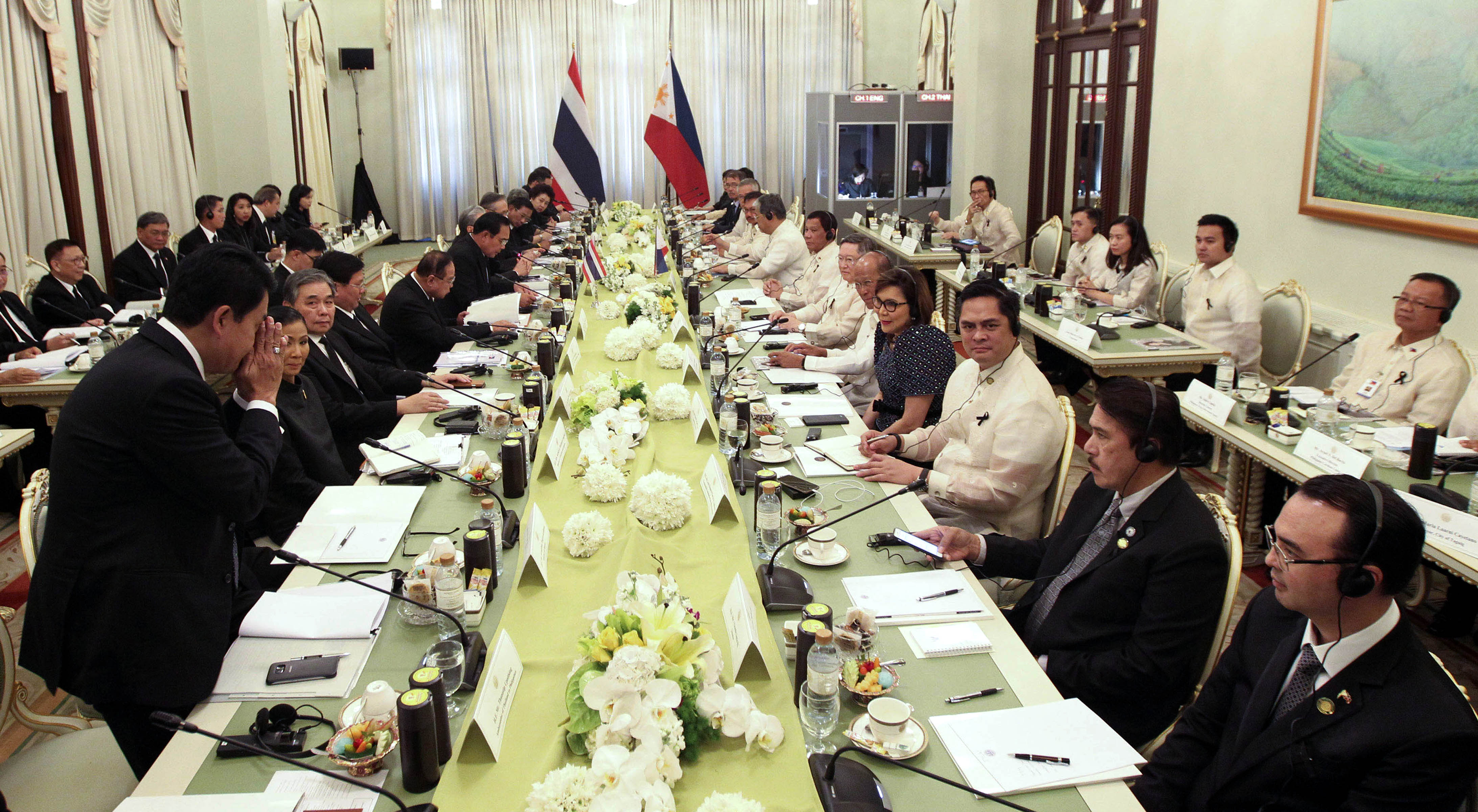 Pres. Duterte, PHL delegation hold plenary meeting with top Thai officials: President Rodrigo Roa Duterte and members of his delegation hold a plenary meeting with top government officials of Thailand led by Prime Minister General Prayuth Chan-o-chan at the Thai Koo Fah Building in Bangkok, Thailand on Tuesday (March 21, 2017). (Photo by King Rodriguez/PPD Malacanang)
